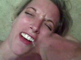 heiße Frau bekommt eine riesige Ladung Sperma in den Mund!