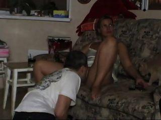 zwei Fotzen auf der Couch