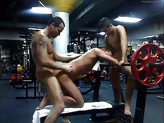 Papa und 2 Twinks ficken im Fitness-Studio nach Stunden