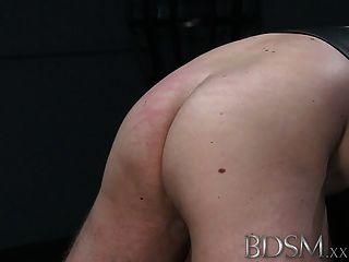 bdsm xxx stille maskierte Sklave Junge erhält brutale Behandlung
