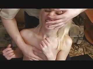 Gesichts-Folter Spaß mit einer netten Blondine