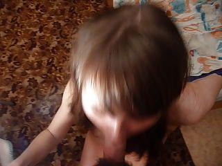 russische Mädchen Masha nimmt große Last in den Mund. schneiden Ausgabe.