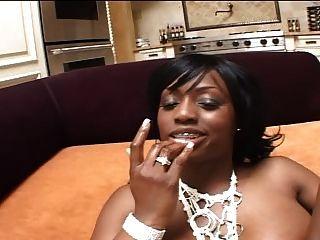 schwarzes Mädchen bekommt zwei weißen Hähne ihre heiße Beute Aufpumpen