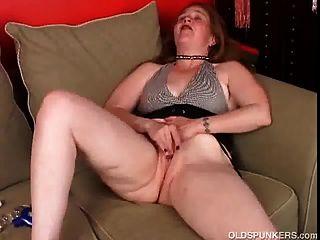 sexy ältere Baby liegt zurück und frigs ihre saftige Pussy bis