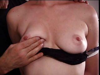 niedliche elkie hat von ihrem Meister ihre Titten gehänselt