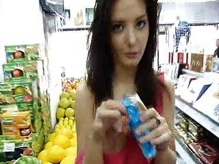 anna exhib in einem Geschäft sehr schöne Brüste und Pussy