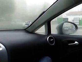 Mädchen im Auto masturbieren
