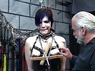 wunderschöne junge Brünette mit verbundenen Augen im Korsett wird von Master len gefoltert