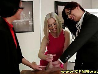 cfnm Büroschlampen blasen ihre Co-Arbeitskräfte während ihrer Sitzung