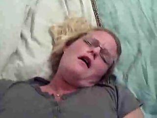 blond Amateur mit Brille tut anal