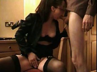 Frau liebt Sperma in den Mund