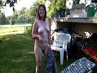 clotilde nackt im Garten