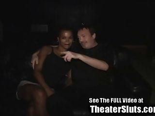Ebenholz Frau abgestimmt heraus von Fremden in einem Porno-Theater tampa
