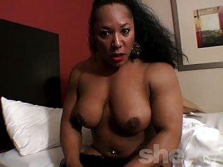 muskulösen Ebenholz Schönheit in ihrem Zimmer