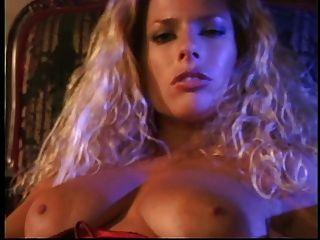 hot blonde reibt sich ihre erstaunliche Titten und Finger ihre enge rasierte Box