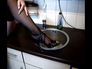 Deutsch Oma spielt mit Pussy und Titten in der Küche