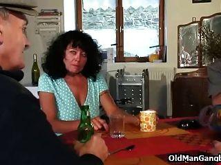 vier Hähne für reife Schlampe
