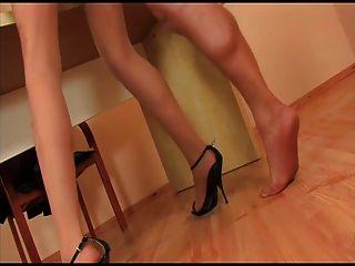 Strumpfhosen Mädchen mit schwarzen Fersen gefickt