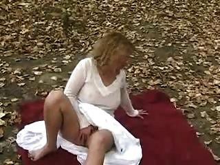 meine süße Frau ihre Muschi im öffentlichen Park Reiben