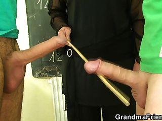 perversen alten Lehrer nimmt zwei junge Hähne
