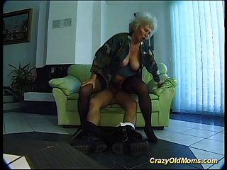verrückte alte Mutter bekommt großen Schwanz oral und in Muschi tief