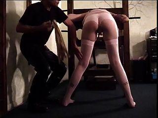 dunkelhaarigen Hottie bekommt durch ein Paddel verloren ihren Arsch