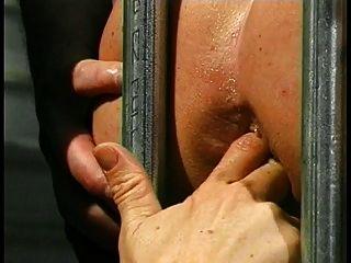 nette junge Brünette fickt ihren Käfigen Sklavenjungen in seinen Arsch mit Strap-on