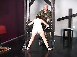 niedliche Brünette Kriegsgefangener ist nackt vor Folter Verhör gestrippt