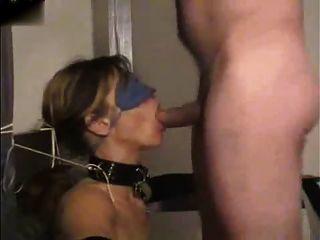 gefesselt, mit verbundenen Augen und in den Mund gefickt