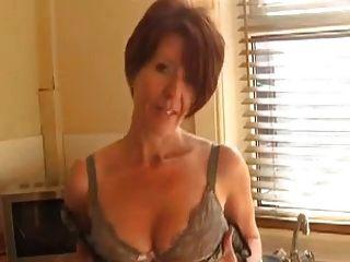 sexy MILF zeigt in der Küche ab