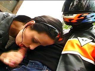 französisch Küken beendet Biker ab, nachdem Blasen