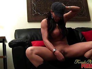 Big Tit Brünette masturbiert mit Vibrator