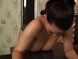 Dame mit großen Titten seine behaarte Loch ficken