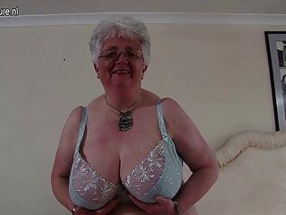 vollbusigen britische Oma spielt mit sich selbst
