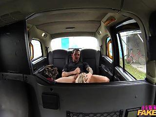 femalefaketaxi schmutzig Fahrer gurgelt coppers cum