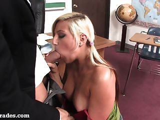 heiße Blondine von ihrem Lehrer nach dem Unterricht gefickt!