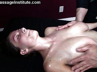 vollbusige Babe hat wilde Orgasmen