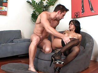 Latin Mature MILF in Strümpfen und Heels fickt auf dem Sofa