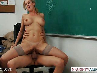 blonde Lehrer Brandi liebe Reiten Hahn im Klassenzimmer