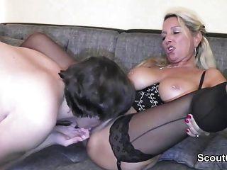 Deutsch Mutter fickt Junge mit großen Schwanz