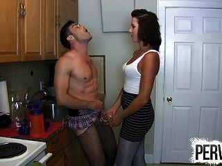 Keuschheit Sissy in der Küche strapon pegging Hahnrei gefickt