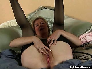 Mutter liebt das Gefühl von Nylon auf ihre prickelnde Muschi