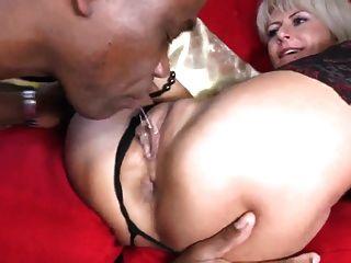 sexy MILF nimmt bbc