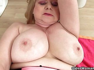 British Granny amanda entgasen masturbiert im Badezimmer
