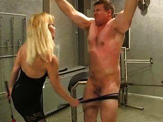 gepeitscht und durch sadistisch blonde Herrin gezüchtigt