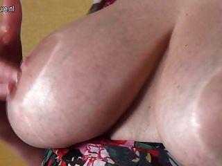 Amateur Oma mit großen Titten und hungrig Pussy