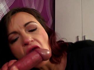 echte reife Mutter nimmt jungen Schwanz in haarige Vagina