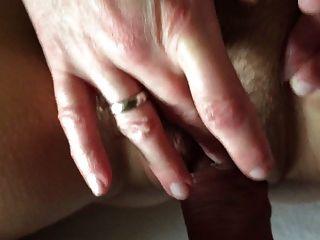 MILF masturbieren zum Orgasmus und ficken. Cumshot auf Pussy.