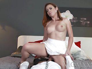 Mutter sexy Rotschopf saugt und fickt Muskel Mann