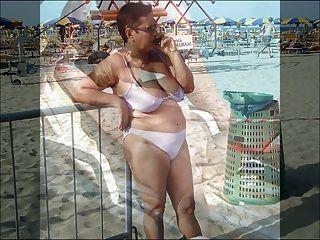 Damen auf dem Strand 2